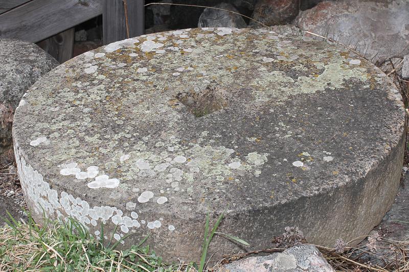 En gammal kvarnsten skvallar om slitet för bröfödan.