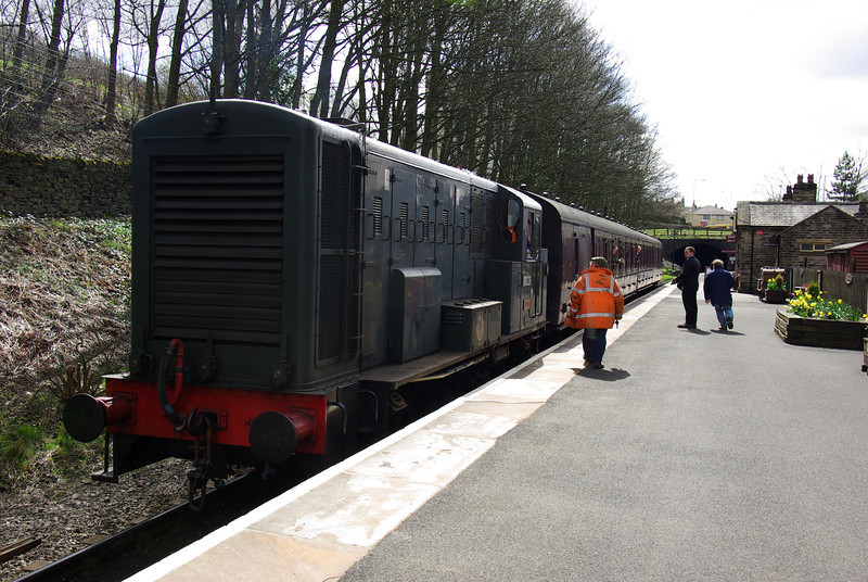 English Electric loco Vulcan D0226 at Ingrow (West) with the 14:15 to Keighley 26/04/13