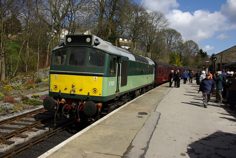 25278 arrives at Oxenhope after working the 11:20 from Keighley 26/04/13