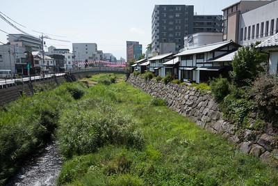 river runs through a city