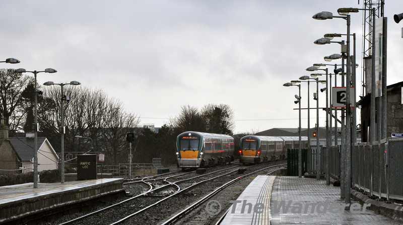 22054 + 22019 pass 22016 stabled in Portlaoise Loop. 22016 would be forming the 1320 Portlaoise - Heuston service. Tues 31.12.13