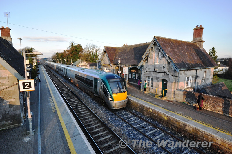 22033 arrives at Portlaoise with the 1625 Heuston - Limerick. Mon 25.02.13