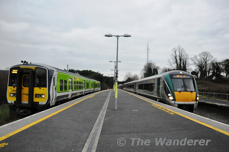 22052 arrives at the basic station of Manulla Junction with the 1445 Heuston - Westport. On the left 2815 + 2816 wait with the connecting Ballina Branch train. Sat 23.02.13