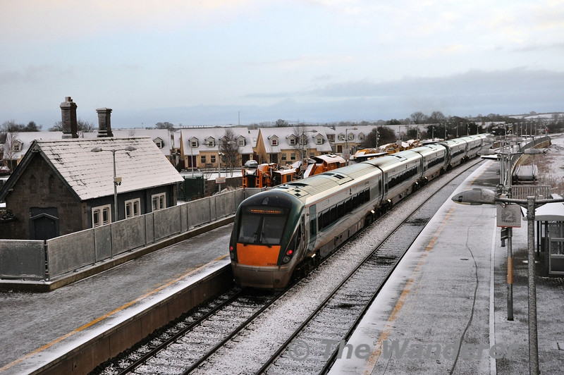 22051 + 22049 depart Portarlington with the 0810 Portlaoise - Heuston. Much of the country had a light covering of snow overnight. Tues 05.02.13