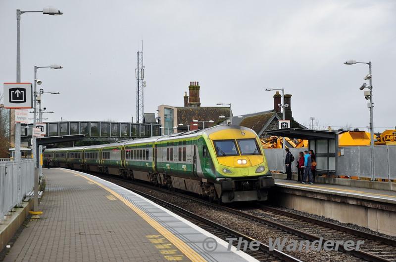 4002 arrives at Portarlington with the 1130 Cork - Heuston. Fri 11.01.13