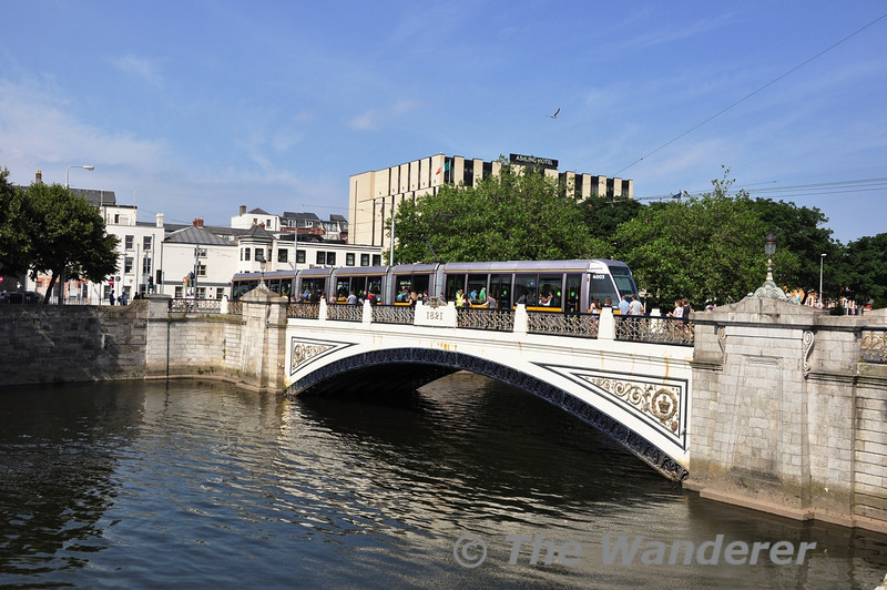 4005 crosses the Sean Heuston Bridge with a Red Line tram to The Point.  Sat 13.07.13