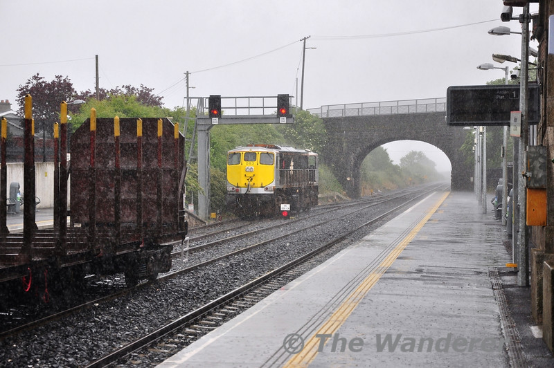 In the middle of a downpour, 083 runs around the timber train at Kildare. Sat 22.06.13