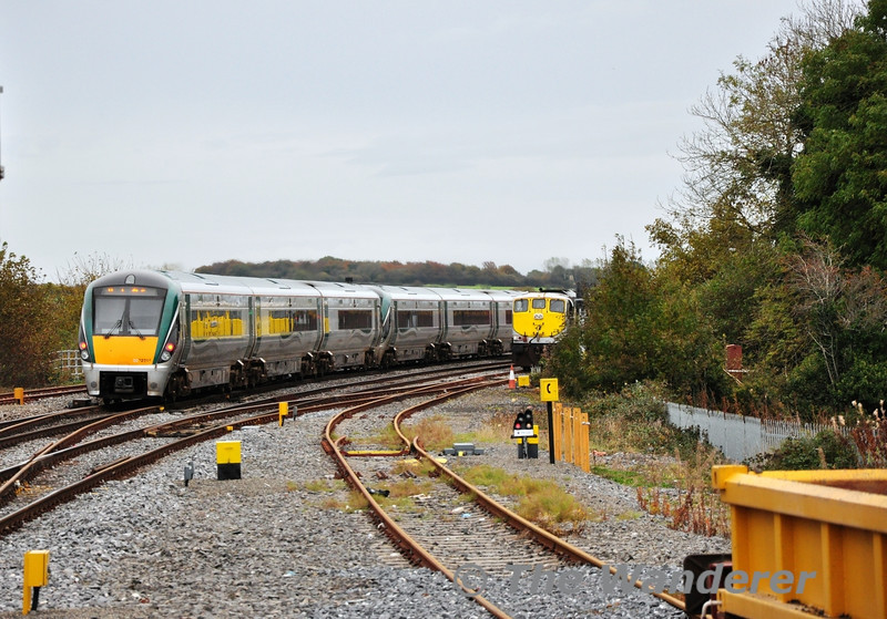 22011 + 22059 depart Portarlington with the 1305 Galway - Heuston as 086 comes to a halt in the down loop with the late 1130 Waterford - Westport Timber. Sat 09.11.13