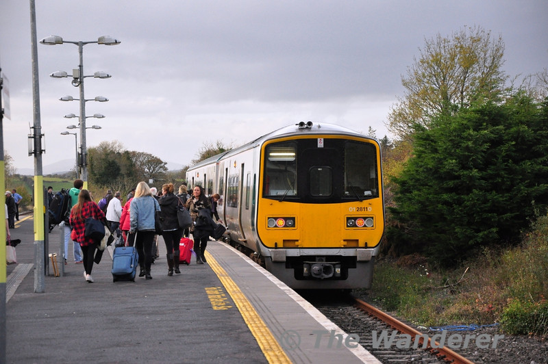 Passengers board 2812 + 2811 at Manulla Jct. with the 1532 to Ballina. This takes a connection out of the 1245 from Dublin Heuston to Westport. Fri 01.11.13