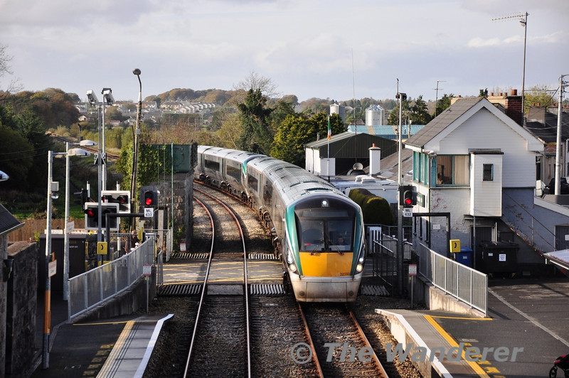 22050 + 22006 arrive at Castlerea with the 1315 Westport - Heuston. Fri 01.11.13