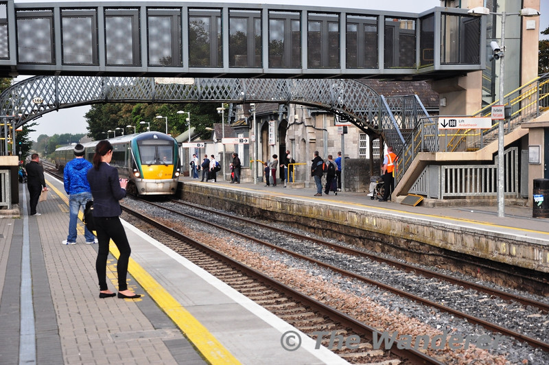 Passengers wait for their train home on both platforms as 22032 arrives with the 1625 Heuston - Limerick. Fri 27.09.13