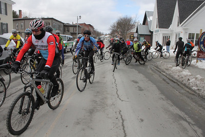 IMG_4132 JPG about 100 riders at start