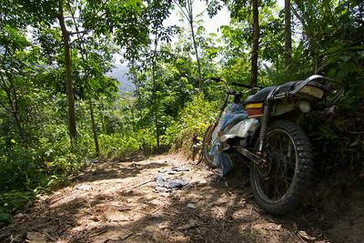 na motorce se dá někde dojet až k hranici džungle, především ale slouží k obsluze plantáží
