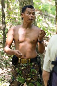 Ali předvádí loupání ořechů