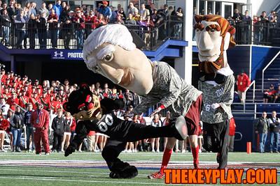 The Cincinnati Bearcot mascot drop kicks the Nationals' George Washington during a race. (Mark Umansky/TheKeyPlay.com)