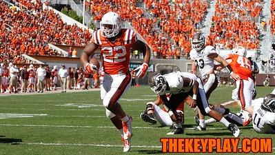 Shai McKenzie runs for a touchdown in the 3rd quarter. (Mark Umansky/Thekeyplay.com)
