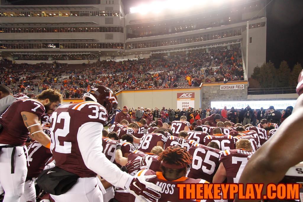 The Hokies have a quick prayer before heading back into the locker room after warmups. (Mark Umansky/TheKeyPlay.com)