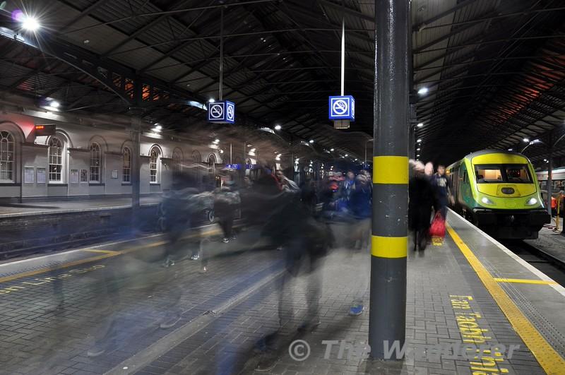 Passengers leaving the 1620 Cork - Heuston at its destination. Fri 12.12.14