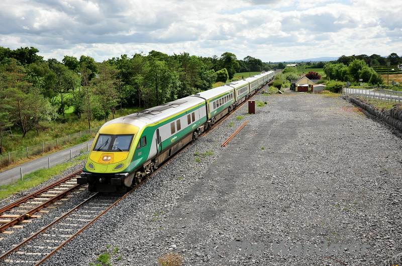 4001 passes Lisduff with the 1520 Cork - Heuston service. Sun 13.07.14