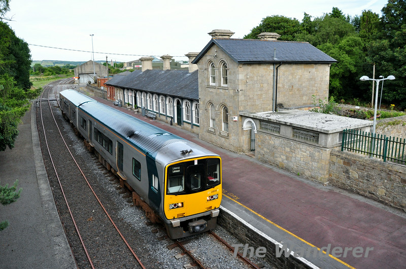 2809 + 2810 wait to depart Roscrea with the 1900 Ballybrophy - Limerick service. Thurs 17.07.14