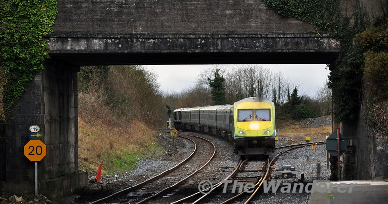 4008 rounds the curve at Portarlington with the 1320 Cork - Heuston. Sun 16.03.14
