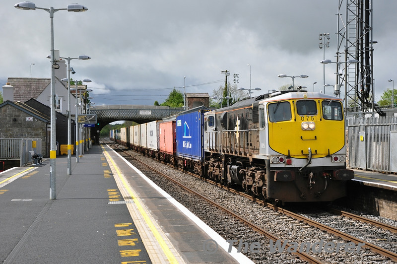 In a brief burst of sunshine between the showers, 075 rolls through Newbridge Station with the 0815 Ballina - North Wall IWT Liner. Today was the start of regular Saturday operation for IWT. Iarnrod Eireann now operate 7 trains a week in each direction on behalf of the logistics company. Sat 10.05.14