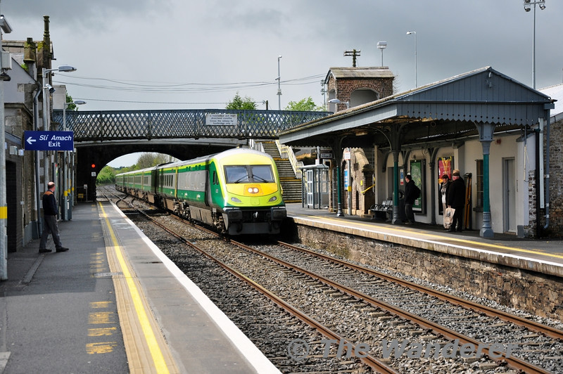 Ex Works 4002 returned to service in the last week of April. It is pictured passing Newbridge in charge of the 1020 Cork - Heuston. Sat 10.05.14