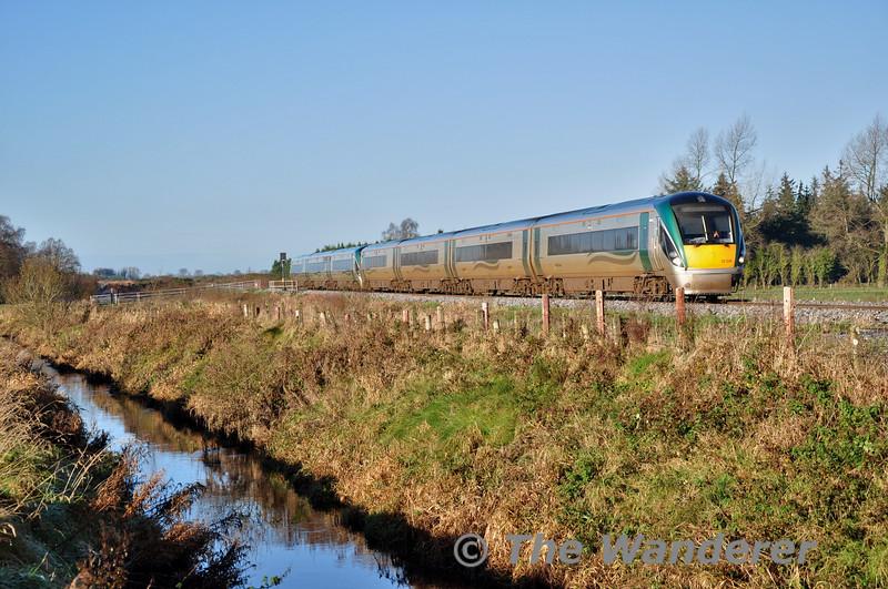 22026 + 22059 pass Clonwhelan between Edgeworthstown and Mullingar with the 0900 Sligo - Connolly. Sun 23.11.14
