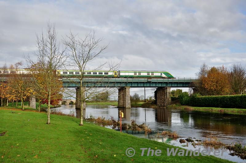4006 crosses the Barrow Bridge with the 0920 Cork - Heuston. Sat 22.11.14