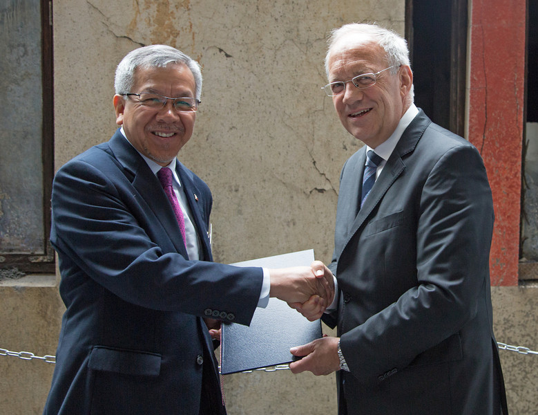 Mr Gregory L. Domingo, Secretary, Department of Trade and Industry, the Philippines, and Mr Johann N. Schneider-Ammann, Federal Councillor, Head of the Federal Department of Economic Affairs, Education and Research, Switzerland.