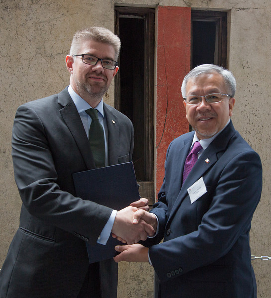 Mr Gunnar Bragi Sveinsson, Minister for Foreign Affairs and External Trade, Iceland, and Mr Gregory L. Domingo, Secretary, Department of Trade and Industry, the Philippines.