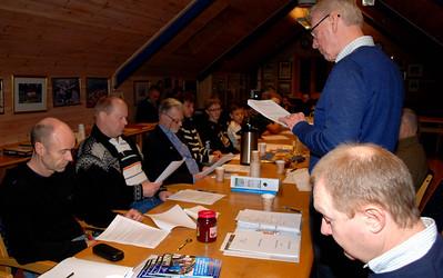 Knut leser styrets rapport
