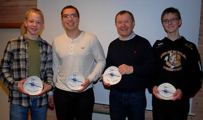 Svenn Erik deler ut plakett til årets klubbmestere, Truls, Håkon og Jonas. Johan Leutscher var ikke tilstede på møte