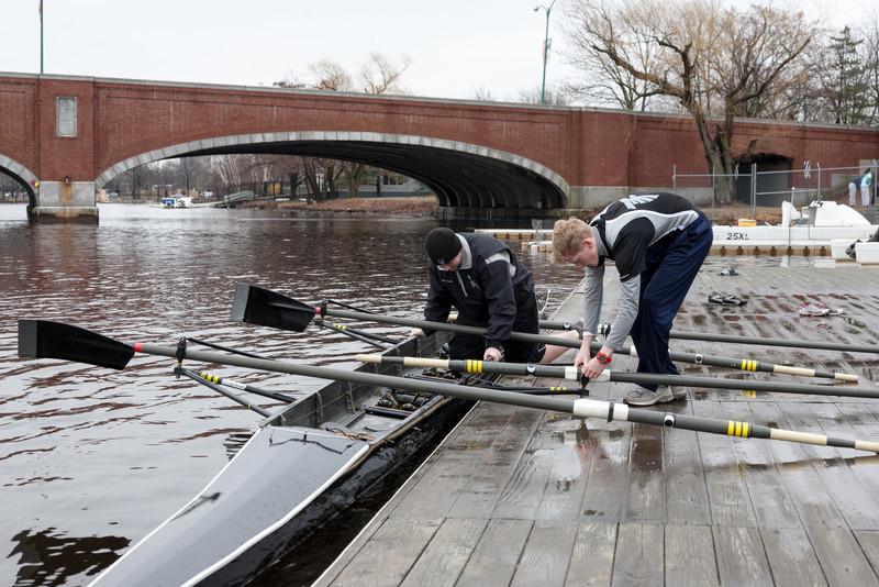 Boys 3V putting in oars