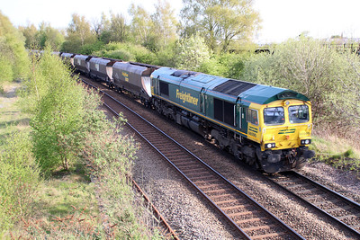66595 1720/4e46 Ratcliffe-York passes Long Eaton Footbridge.