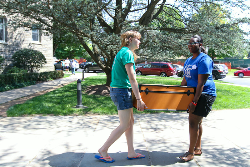 Michaela Olson '15 (left) and Sedi Agawu '17 (right).<br /> Photo Credit: Paola Nogueras