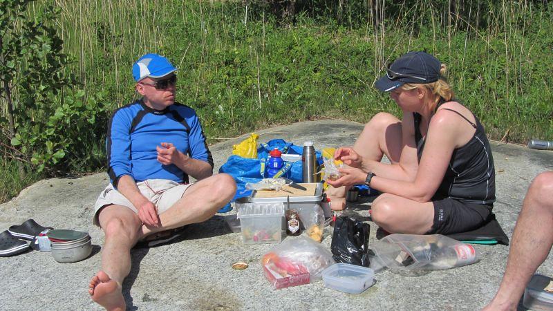 Ulf o Jeanette njuter av lunchen