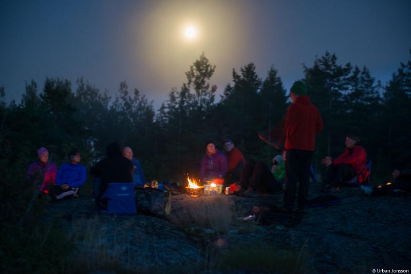 Månen lyste över oss genom dimslöjorna.