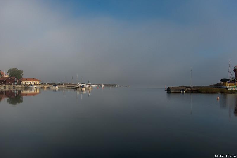 Dimman sveper genom sundet mellan Gräsö och Öregrund.