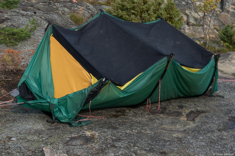 Didrik gjorde med ett enkelt handgrepp om sitt tält till en insektsfälla...;-)