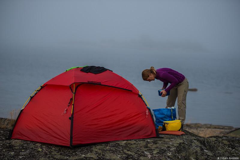Lagom till att tälten var resta kom dimman på besök.