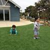 Solana Beach 공원에서 점심을 먹고 가만 있을 수 없어 다다다다 뛰어다니다 발견한 인조잔디밭. 마주보며 기쁨의 환호성(?)도 지르고, 점프도 하고, 노래와 춤, 누워서 뒹굴뒹굴, 엎드려서 바닥치기도 하며 한참이나 신나게 논 아가들~^^ 아무 것도 없어도 두세 시간은 놀 기세~^^