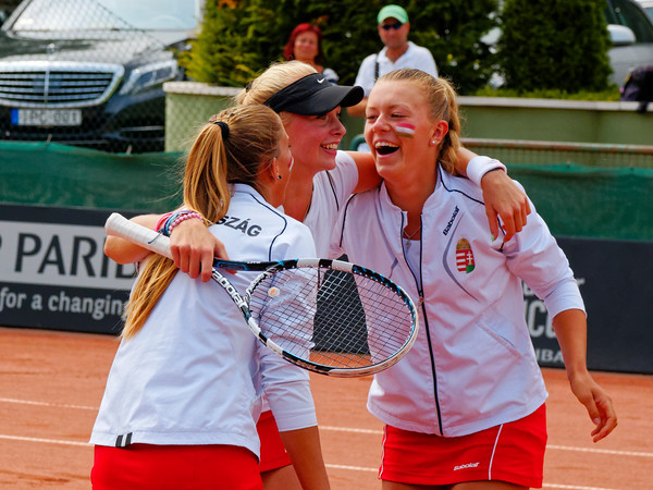 01.12 Team Hungary happy - Junior fed cup final round girls 16 years 2014_01.12
