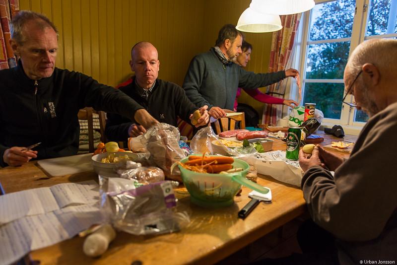 Dags för kvällens grupparbete, middagslagning.