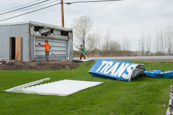 140511 Enterprise JOED VIERA/STAFF PHOTOGRAPHER-Lockport, NY-A crew tears down the old Transit Drive in Sign. May 11, 2014