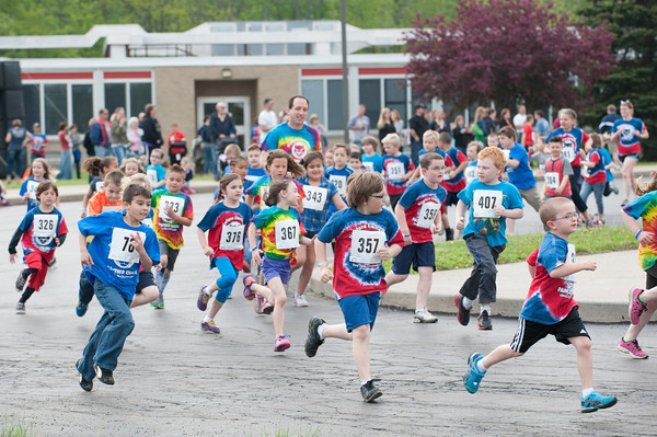 140521 Newfane Chase JOED VIERA/STAFF PHOTOGRAPHER-Newfane, NY-Newfane second graders run in the one mile Panther Chase. May 21, 2014