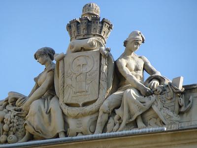 Atop the façade of the Musée d'Art