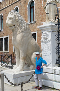 In 1473, the Senate in Venice ordered the building of the Arsenale Nuovissino, in order to have a safe shed to store weapons and boats that would always be available in case of war. Lois and the lions guard the entrance.