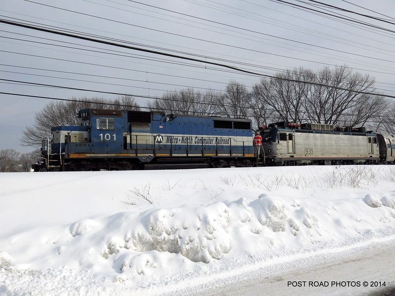20140219-disabled-amtrak-train-milford-and-passengers-crammed-on-platform-post-road-photos-david-purcell-credit-001