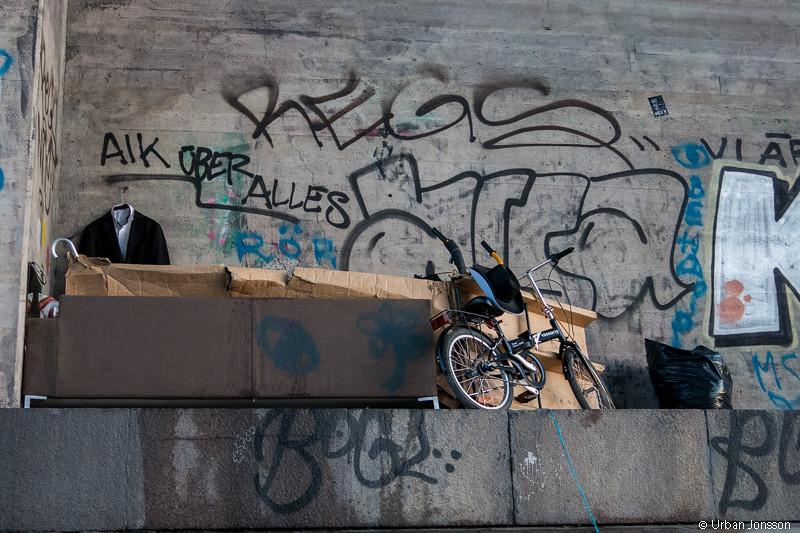 Kreativ lösning på bostadsfrågan, 1:a med vrå, kostymupphängning cykelp mm. Under bro i Karlberskanalen